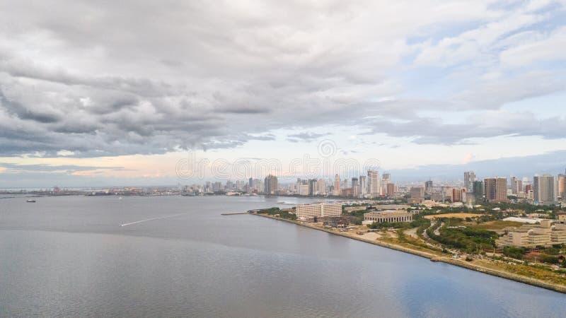 Manila stad i morgonen, sikt från över Panorama av en stor hamnstad Stad med moderna byggnader och skyskrapor royaltyfria bilder