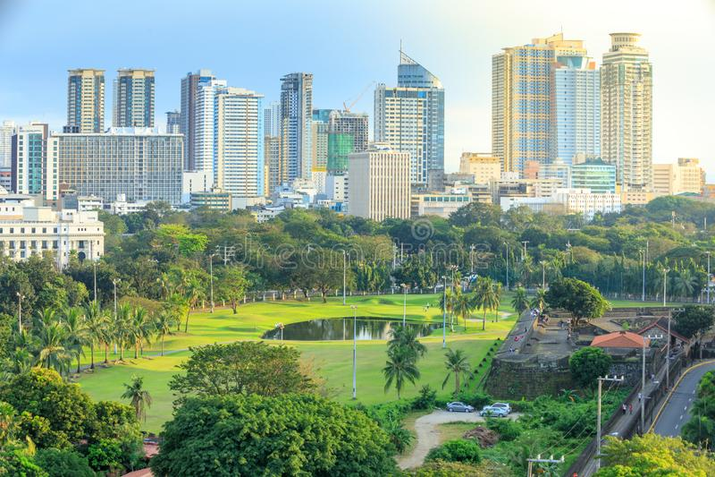 Manila-Stadtskyline in Philippinen Bezirke Ermita und Paco gesehen von Intramuros lizenzfreie stockbilder