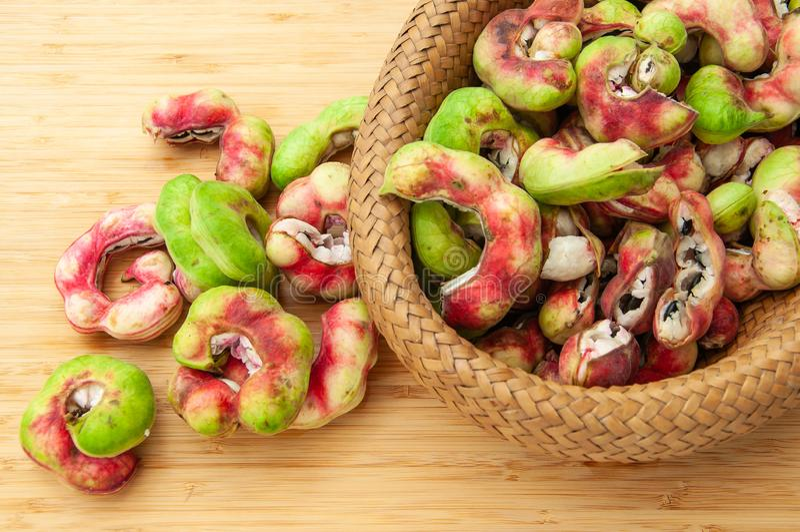 Manila-Tamarindenfrucht im Korb lizenzfreie stockfotos