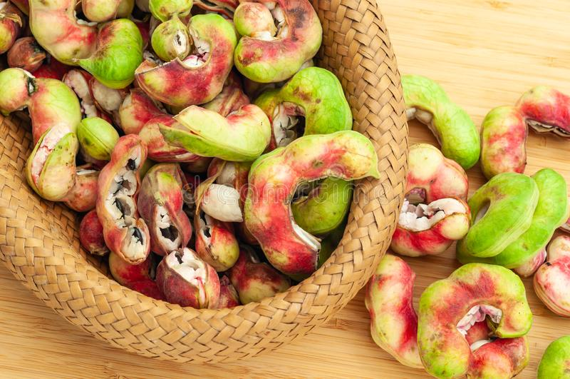 Manila-Tamarindenfrucht im Korb stockbild