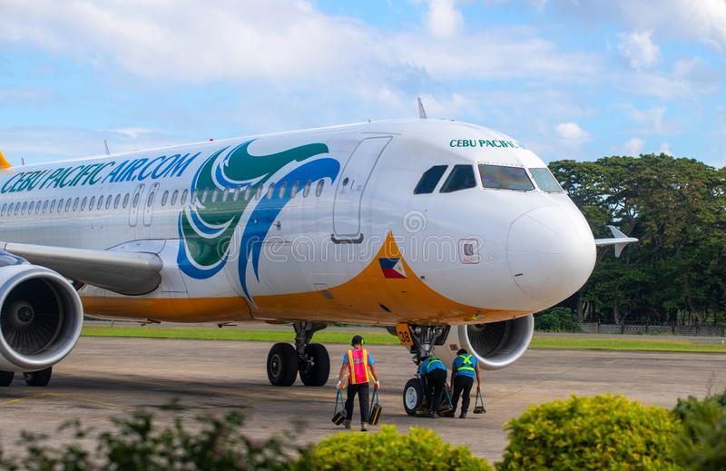 Manilla, Filippijnen - 11 brengen, 2018 in de war: Cebu Pacific-vliegtuig bij luchthaven vóór vlucht Moderne vliegtuigenvoorberei stock afbeeldingen