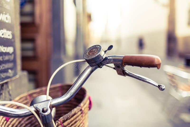 Manillar y cesta de la bicicleta de la ciudad sobre fondo borroso imágenes de archivo libres de regalías