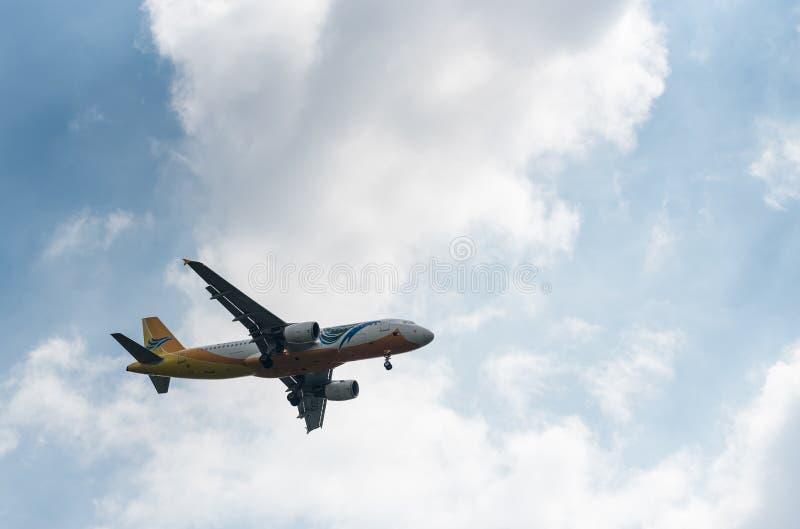 MANILLE, PHILIPPINES - 2 FÉVRIER 2018 : Atterrissage d'Airbus A320 RP-C3243 de lignes aériennes de Cebu Pacific dans l'aéroport i images libres de droits