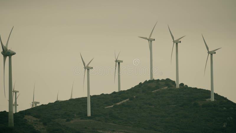 MANILVA, SPANJE - SEPTEMBER 27, 2018 Werkend windlandbouwbedrijf op een bewolkte dag royalty-vrije stock afbeelding