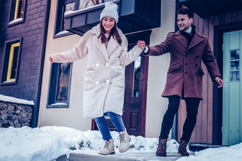 Maninnehavhand av hans fru som går på hal jordning arkivfoton