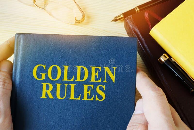 Maninnehavhandbok med titelgyllene regler royaltyfri foto