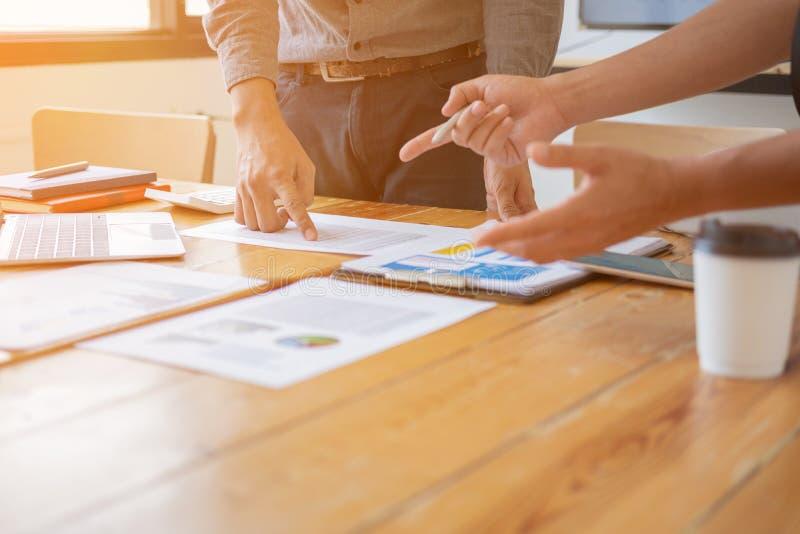 Maninnehavpenna som ska pekas i skrivbordsarbete, begrepp för affärsmöte arkivfoto