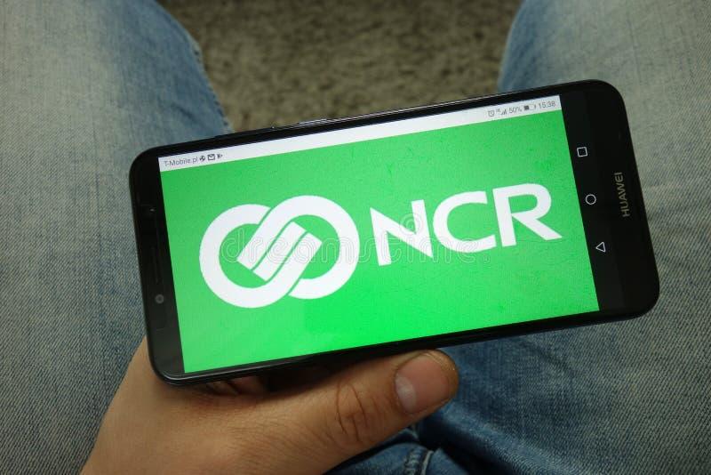 Maninnehavsmartphone med den NCR Korporation logoen fotografering för bildbyråer