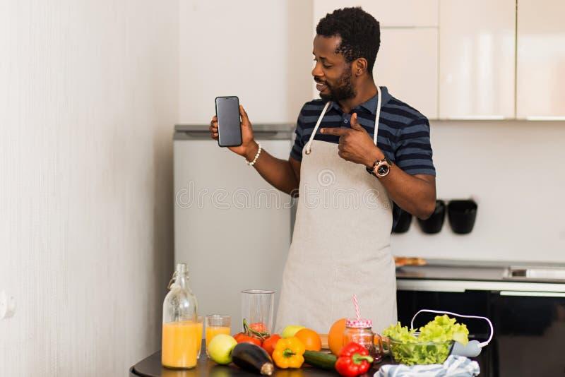 Maninnehavsmartphone med den tomma svarta skärmen royaltyfri fotografi