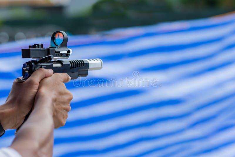 Maninnehavvapen som är klart att skjuta för för att skydda, och säkerhet royaltyfria bilder