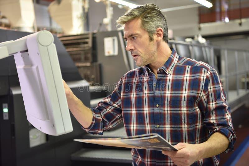 Maninställning - upp en printingmaskin royaltyfria foton