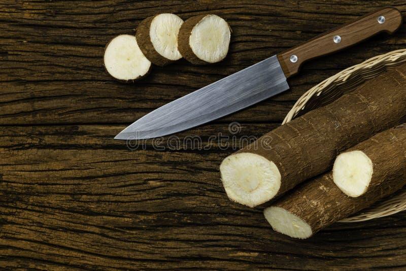 Manioc cru Morceaux de Manihot esculenta Fond en bois vieux photo libre de droits