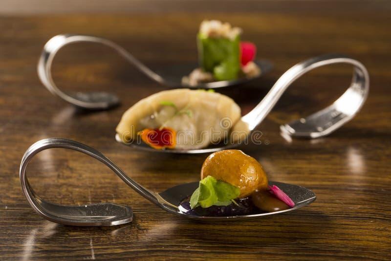 Manioka empanada und caramelized mit Stau der purpurroten Zwiebel in einem Löffel stockfotografie