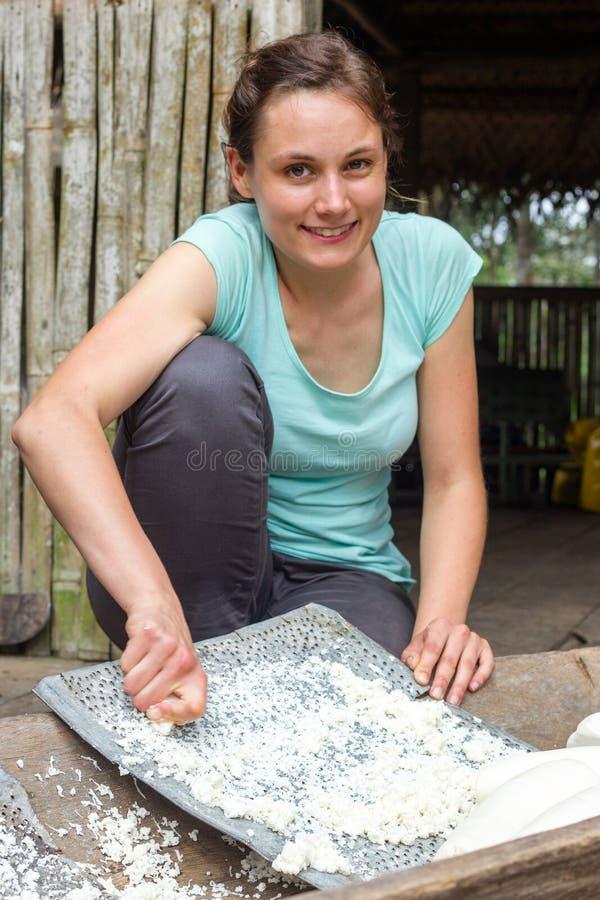 Manioka-Torten-Vorbereitung durch europäischen Touristen lizenzfreie stockfotos