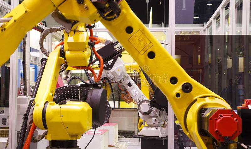 Manipolatori robot del braccio sul trasportatore che segue regolatore immagini stock libere da diritti