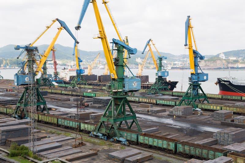 Manipulação de carga do metal em um navio em Nakhodka, Rússia imagens de stock royalty free