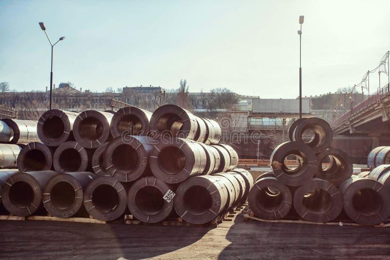 Manipulação de matéria prima: Bobina de aço do tamanho grande que armazena o armazém interno O metal estrutura o armazém material foto de stock royalty free