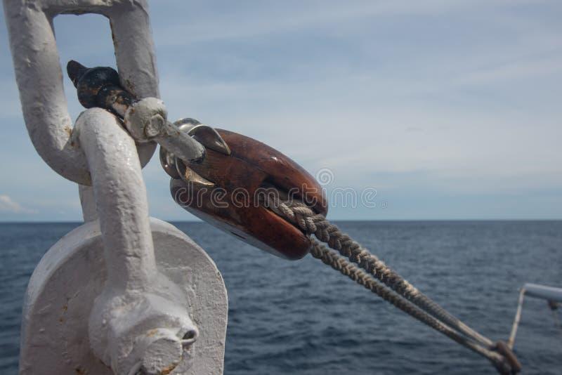 Manipulación en barco con cuerda y cadena foto de archivo libre de regalías