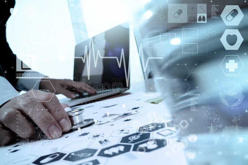 Manipulera arbete med bärbar datordatoren i medicinskt workspacekontor royaltyfria foton
