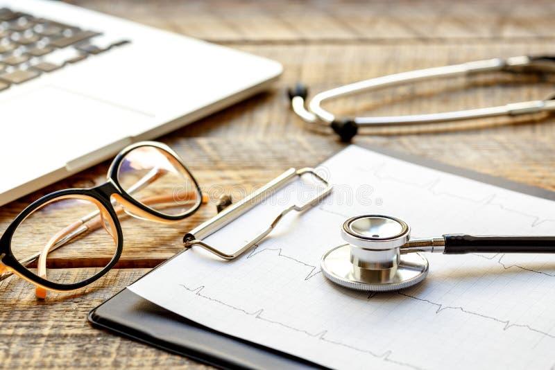 Manipulera arbetsplatsen med en stetoskop på trätabellen arkivbild