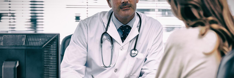 Manipulera att lyssna till hans patient som talar om hennes sjukdom royaltyfri fotografi