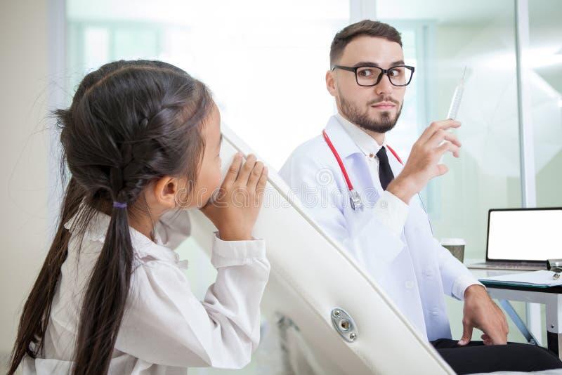 manipulera att rymma en injektionssprutavisare med injektionvaccinering flicka royaltyfri fotografi