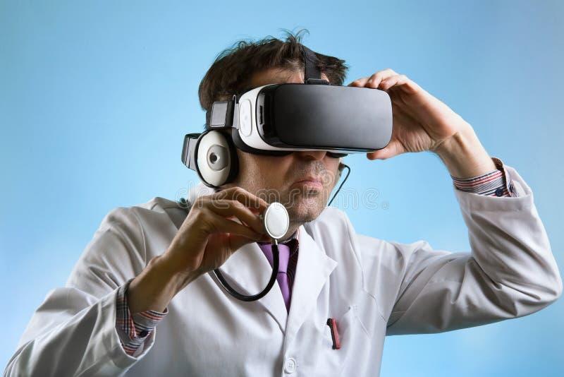 Manipulera bärande virtuell verklighetexponeringsglas som för en avlägsen clini royaltyfria bilder