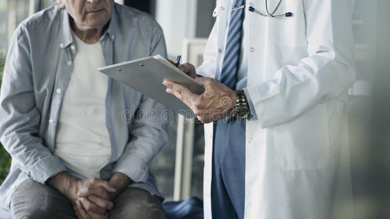 Manipulera det vård- sjukvårdmedicinbegreppet royaltyfri fotografi