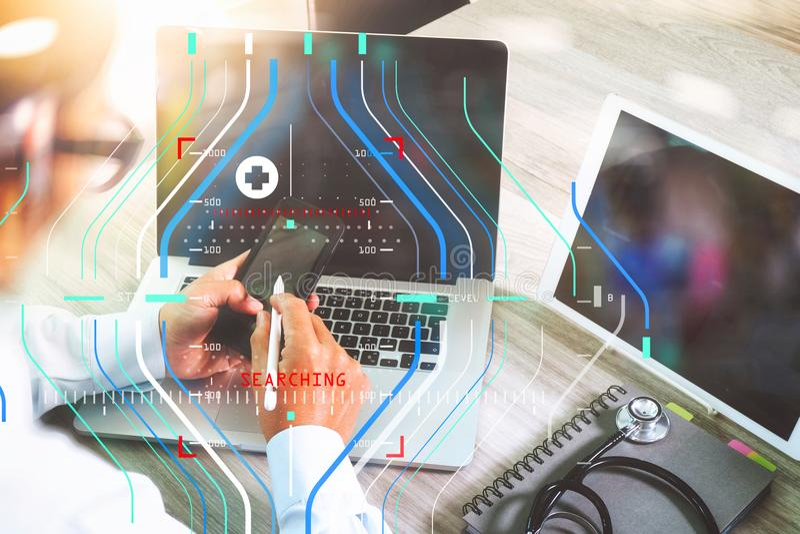 manipulera handen som arbetar med modern digital minnestavla- och bärbar datorcomput royaltyfri bild