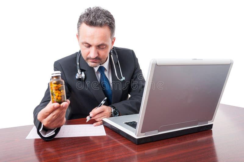 Manipulera handstilreceptet på kontors- och visningpreventivpillerar royaltyfria foton