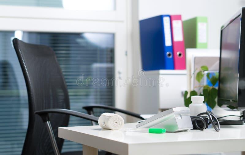 Manipulera kontoret i sjukhus-, akutmottagning- eller hälsovårdmitt royaltyfria foton