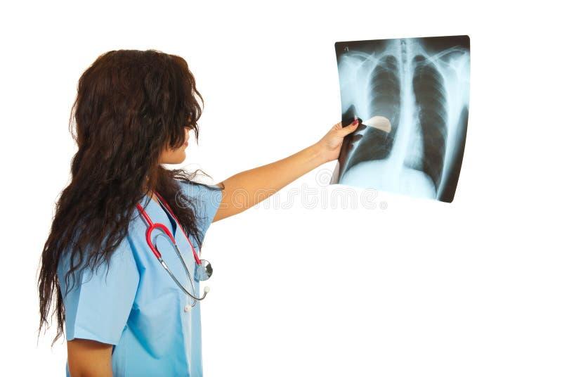 Manipulera kvinnan som kontrollerar röntgenstrålen royaltyfria bilder