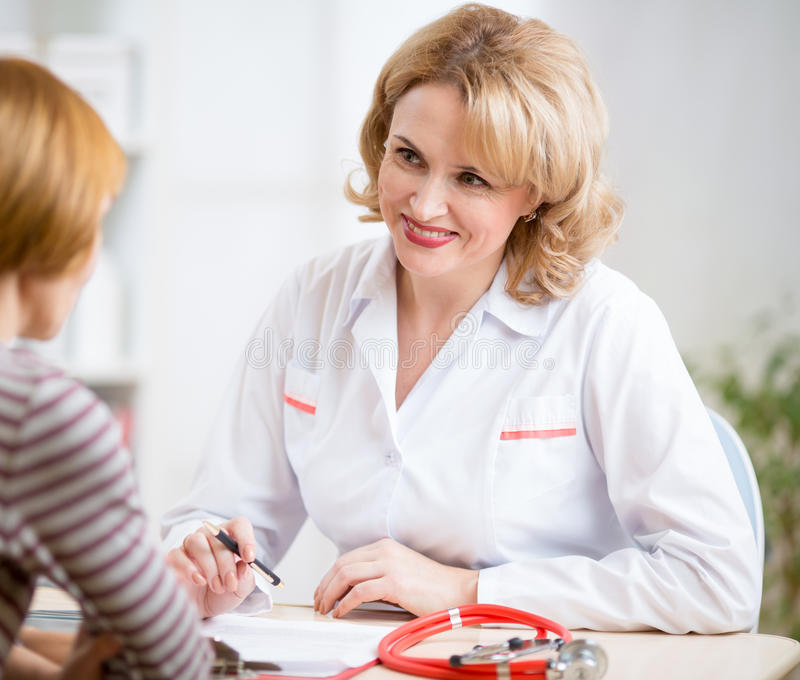 Manipulera kvinnavänskapsmatchen som talar till patienten i henne arkivfoton