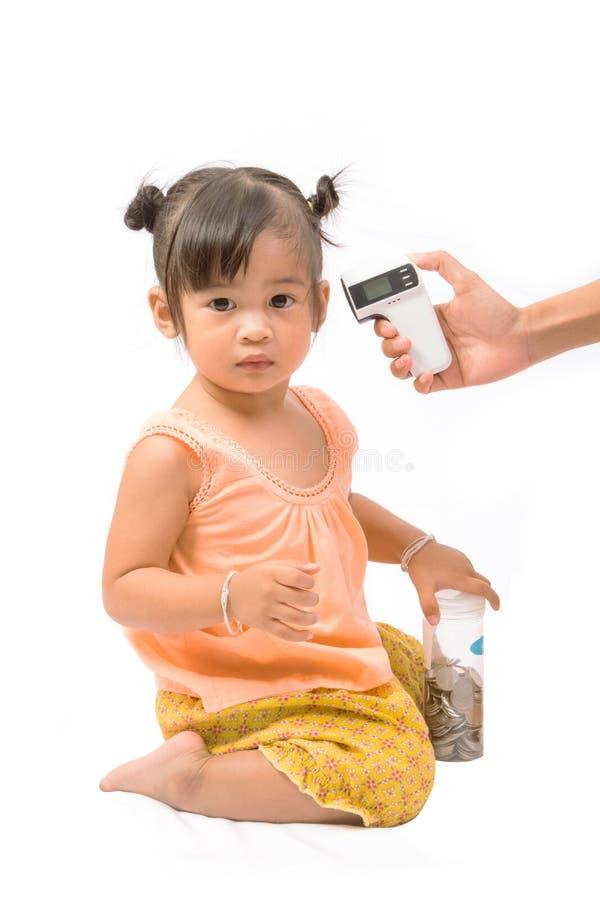 Manipulera mäta den gulliga temperaturen behandla som ett barn flickan arkivbilder