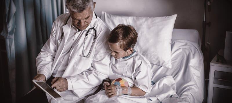 Manipulera uppvisning av den medicinska rapporten i digital minnestavla till patienten arkivfoto