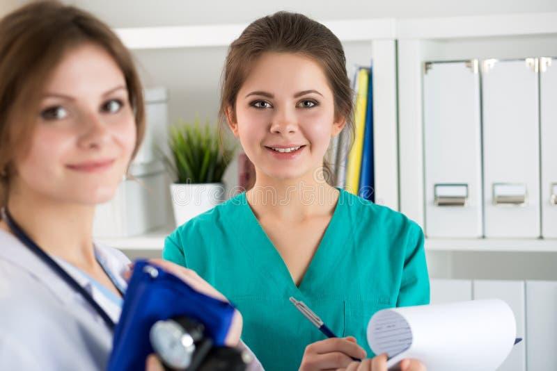 Manipulerar härlig kvinnlig medicin två arbete på deras kontor fotografering för bildbyråer