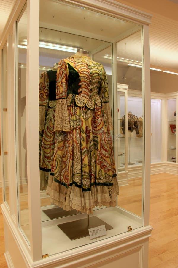 Maniquí con el vestido del bailarín colorido en el caso de cristal grande, Museo Nacional de la danza, Saratoga, 2016 foto de archivo