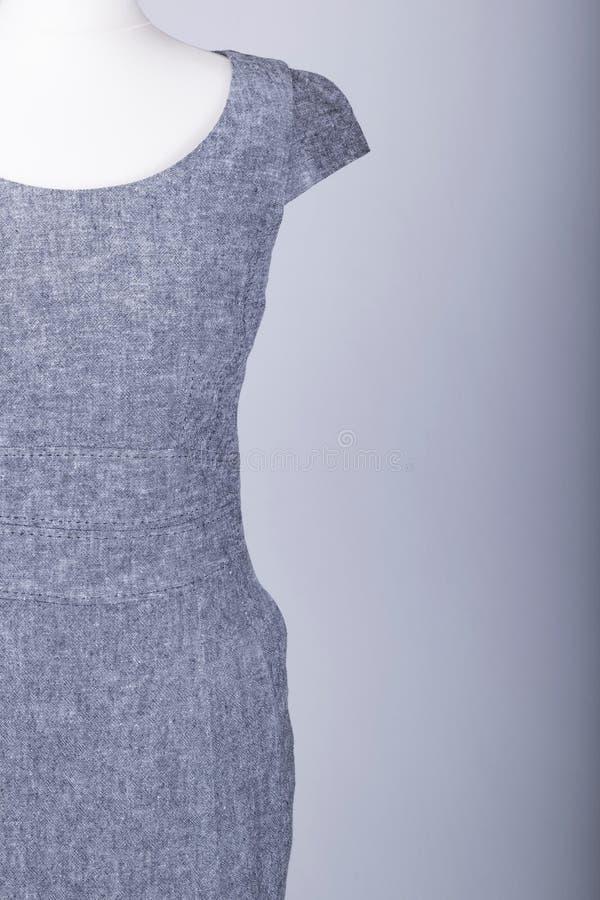 Maniquí de los sastres vestido en Grey Fitted Work Dress imagen de archivo