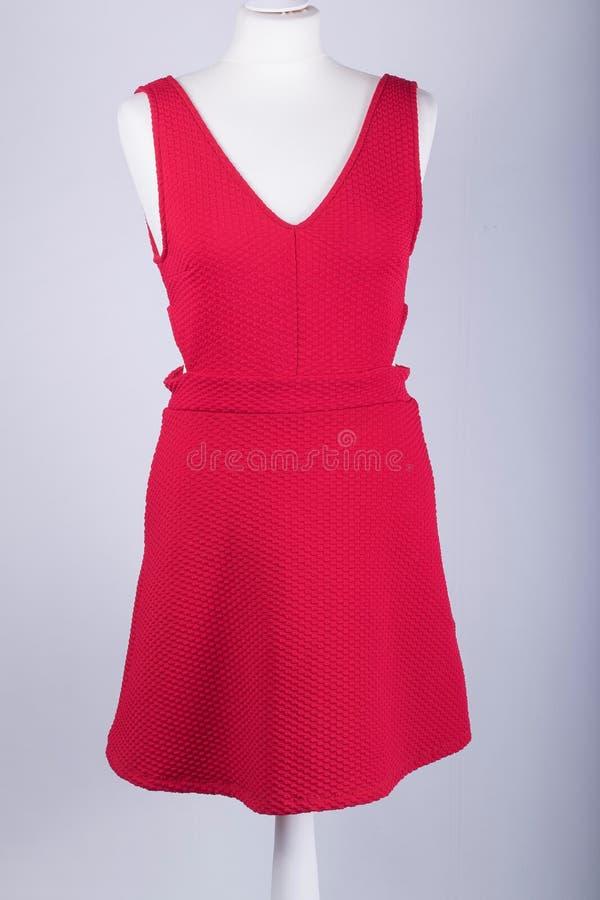 Maniquí de los sastres vestido en un vestido rojo imágenes de archivo libres de regalías