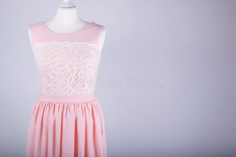 Maniquí de los sastres vestido en un vestido rosado imagenes de archivo
