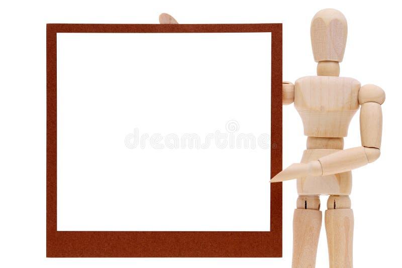 Maniquí de madera con la etiqueta en blanco imagenes de archivo