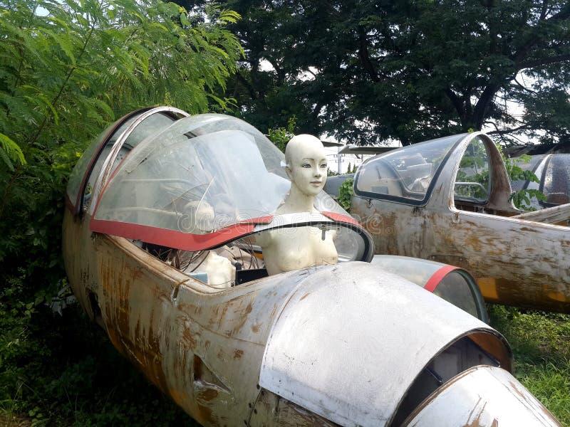 Maniquí de tamaño natural a bordo del avión de decaimiento fotos de archivo