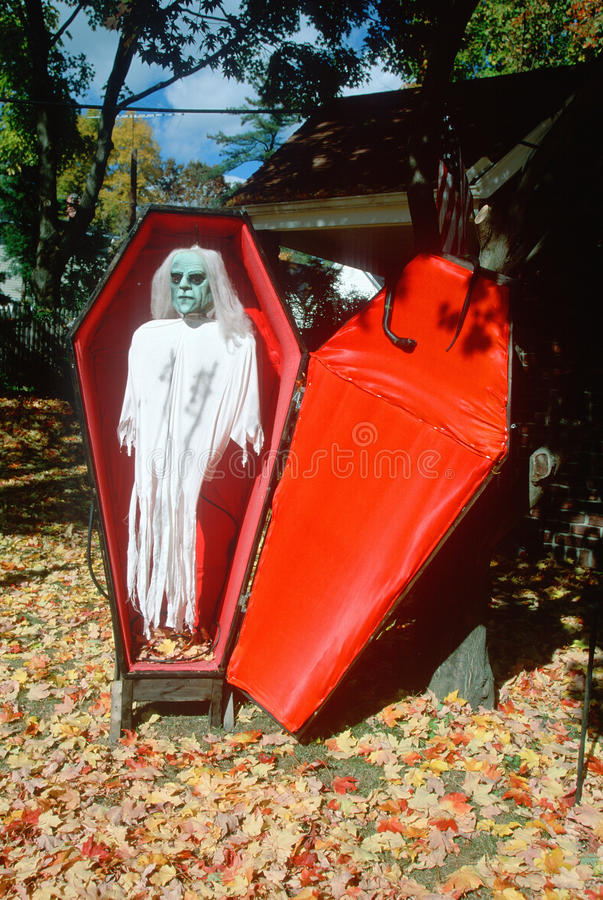 Maniquí en ataúd falso, Estado de Nueva York de Halloween fotografía de archivo