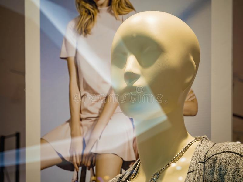 Maniquí femenino con un ornamento en el cuello en el fondo de la cartelera del escaparate fotografía de archivo libre de regalías