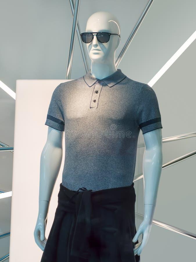 Maniquí masculino elegante con las gafas de sol, Pekín, China de la exhibición imagen de archivo