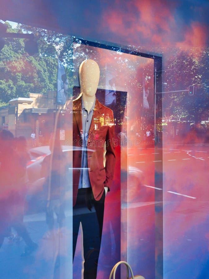Maniquí masculino en la ventana colorida de la tienda, Sydney, Australia foto de archivo