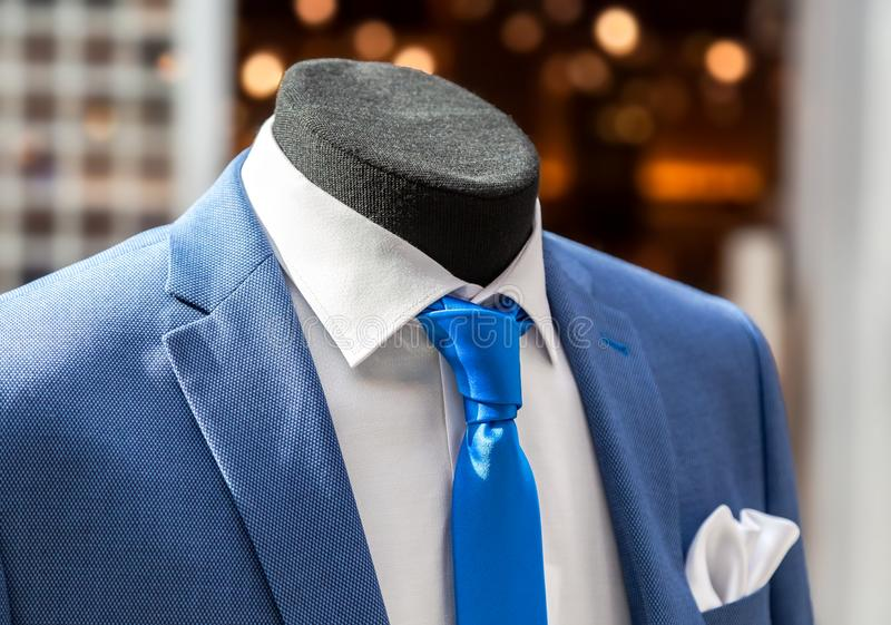 Maniquí masculino vestido en el traje de los hombres elegantes imagen de archivo