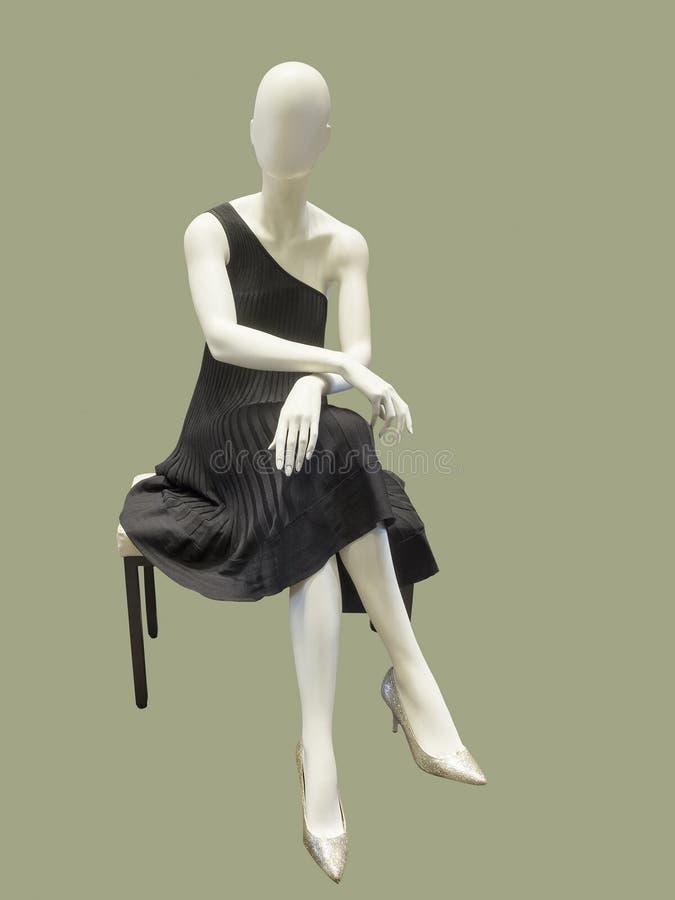 Maniquí vestido en vestido de noche negro fotografía de archivo