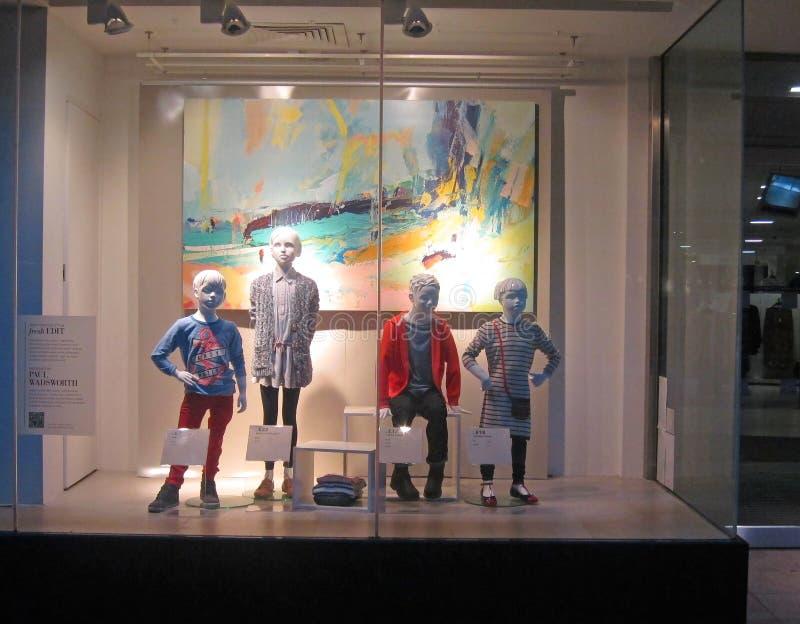 Maniquíes de los niños en una exhibición de la ventana de la tienda. fotos de archivo