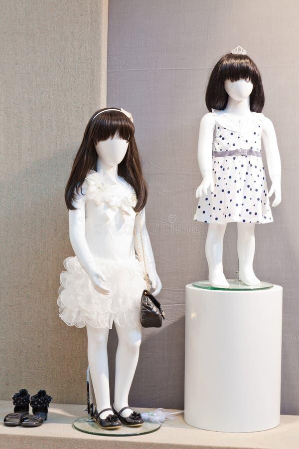 Maniquíes en el almacén de ropa de los niños imagen de archivo